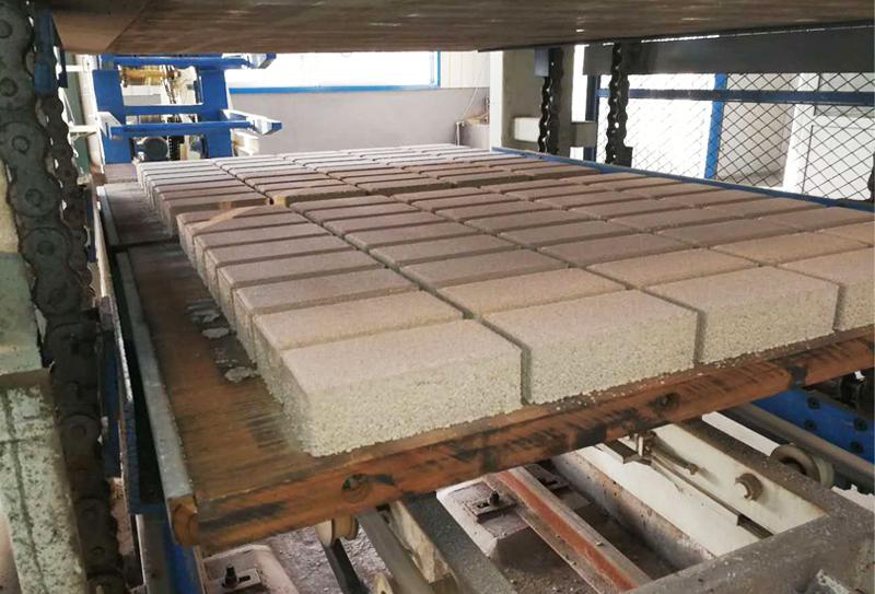 水泥面包砖制砖机成为极有发展前景的更新换代产品