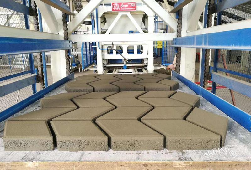 全自动透水砖砖机生产时输送带跑偏怎么办?