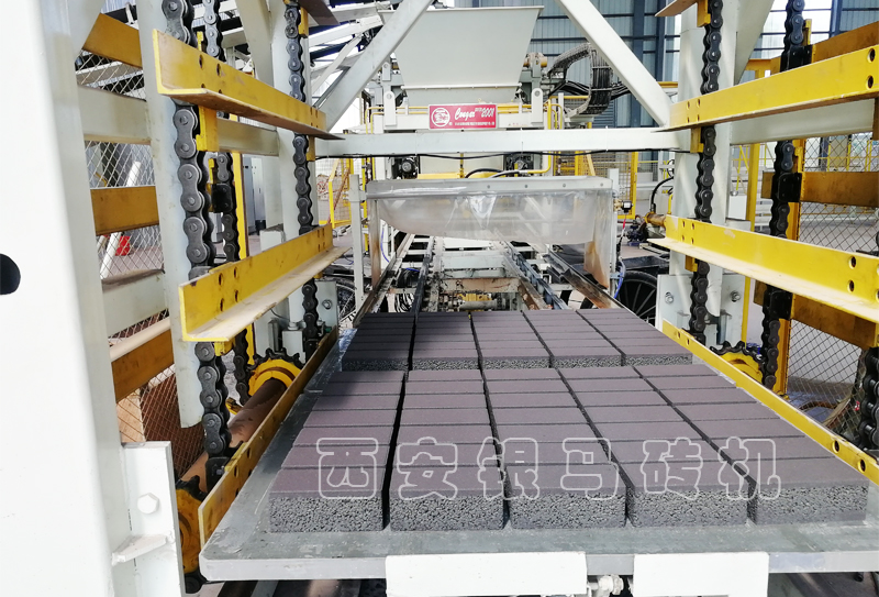 二十年砺剑挚旗领航:矿山尾矿砂制砖设备打造高端建材