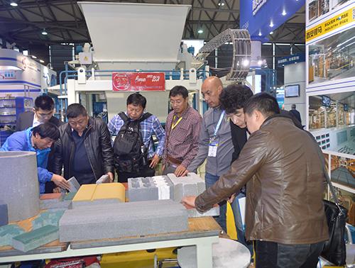 上海宝马展客户了解我们的砖机制品