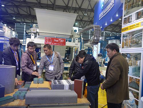 上海宝马展我们业务经理讲解我们的设备